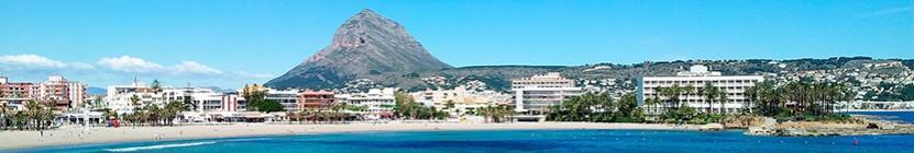 Strand El Arenal van Jávea met de berg Montgó op de achtergrond