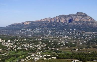 woonwijken aan de voet van de berg El Montgó
